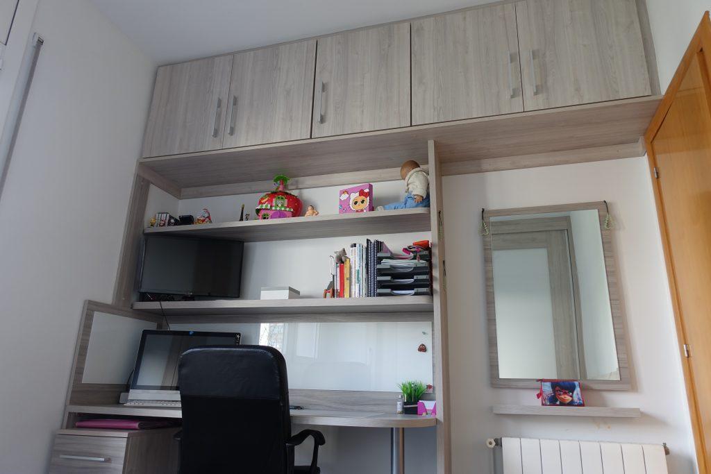 escritorio con estanterías y puente superior