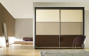 Armario con puertas en cristal de varios colores a partes iguales