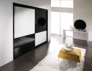 Estas puertas correderas combinan cristal blanco y negro