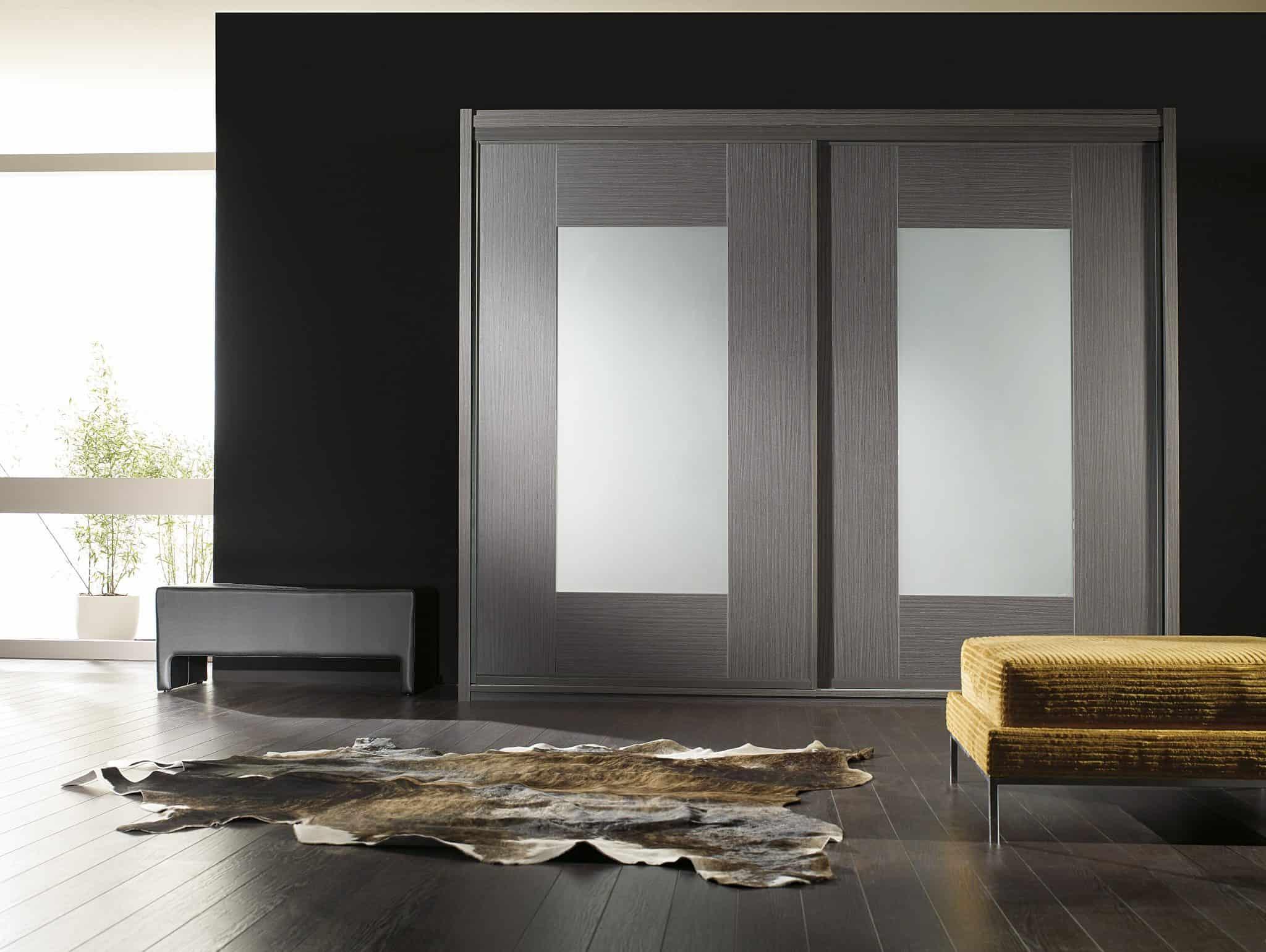 armario de puertas correderas enmarcando cristal