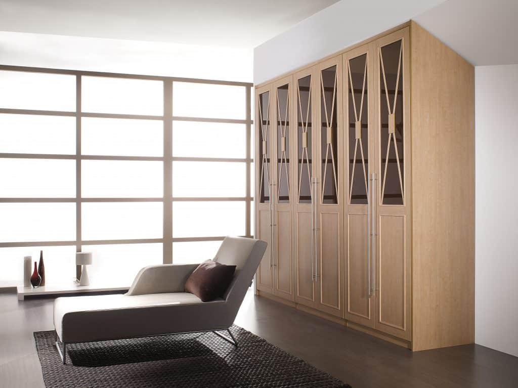 armario de puertas de bisagra con cristal y aspas