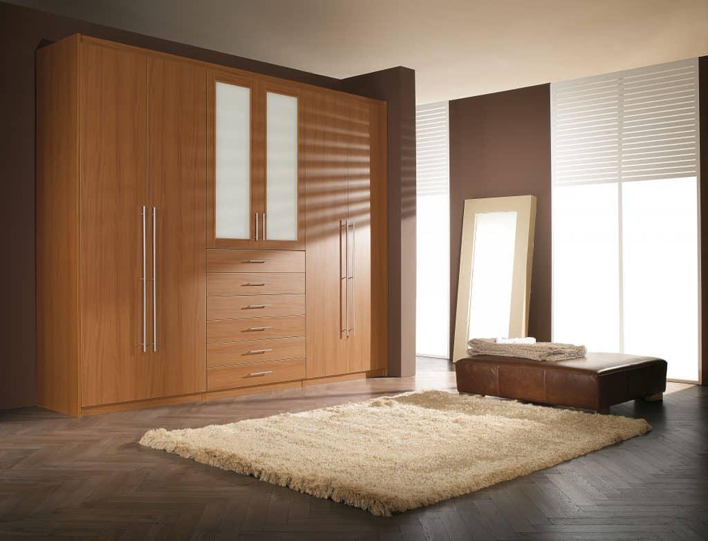 armario de puertas lisas de bisagra y cajones vistos