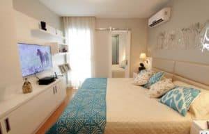 Dormitorio con tonos claros y turquesa
