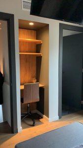 escritorio con estantes y panel