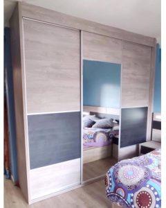 Armario de tres puertas correderas con espejo