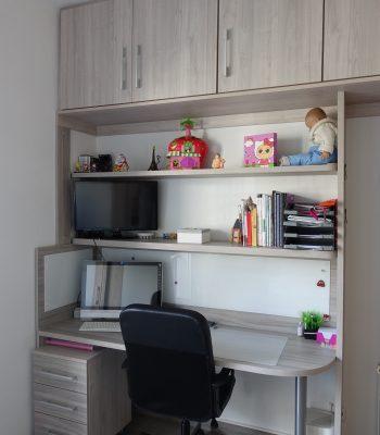 escritorio con puente y estanterías